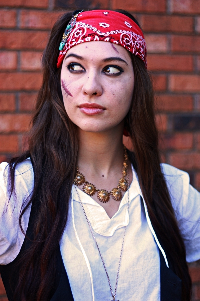 maquillage halloween simple, comment faire des fausses blessures sur le visage, déguisement de pirate pour femme avec maquillage fausses cicatrices