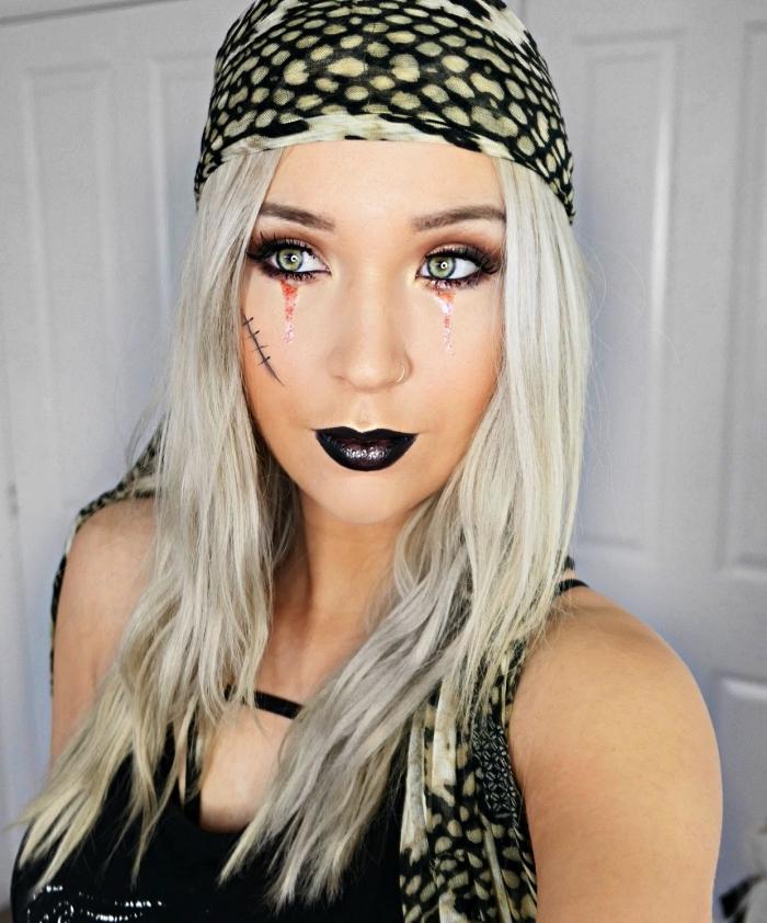 maquillage halloween simple pour créer un look de pirate glam, maquillage de pirate avec fausse cicatrice, bouche noire et regard souligné
