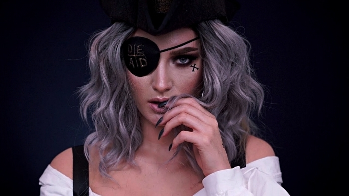 maquillage pirate facile pour un look chic complété par un cache-oeil et un chapeau de pirate noir