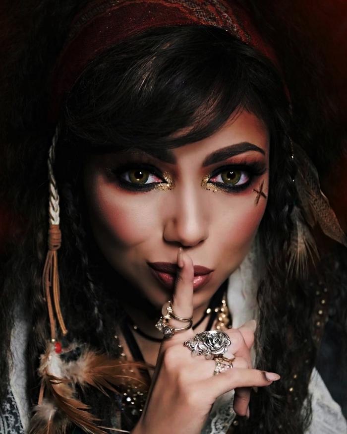 maquillage pirate femme avec regard souligné de crayon noir et du glitter or au coin des yeux