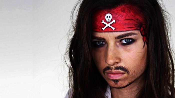 idée de maquillage halloween facile, maquillage de pirate pour femme avec fausse moustache et contour des yeux souligné de crayon noir