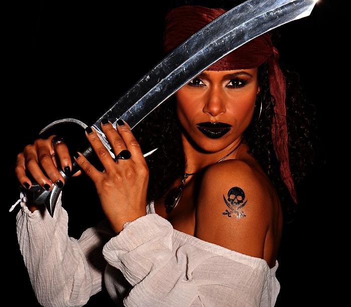 maquillage halloween facile pour créer un look de femme pirate glam, déguisement de pirate femme avec bandana rouge et tatouage tête de mort à l'épaule