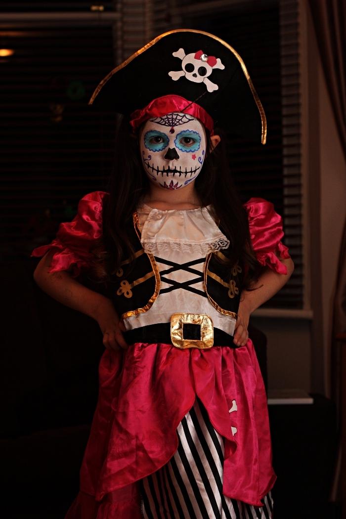 deguisement pirate fille associé à un maquillage tête de mort mexicaine, idée de déguisement halloween pour fille