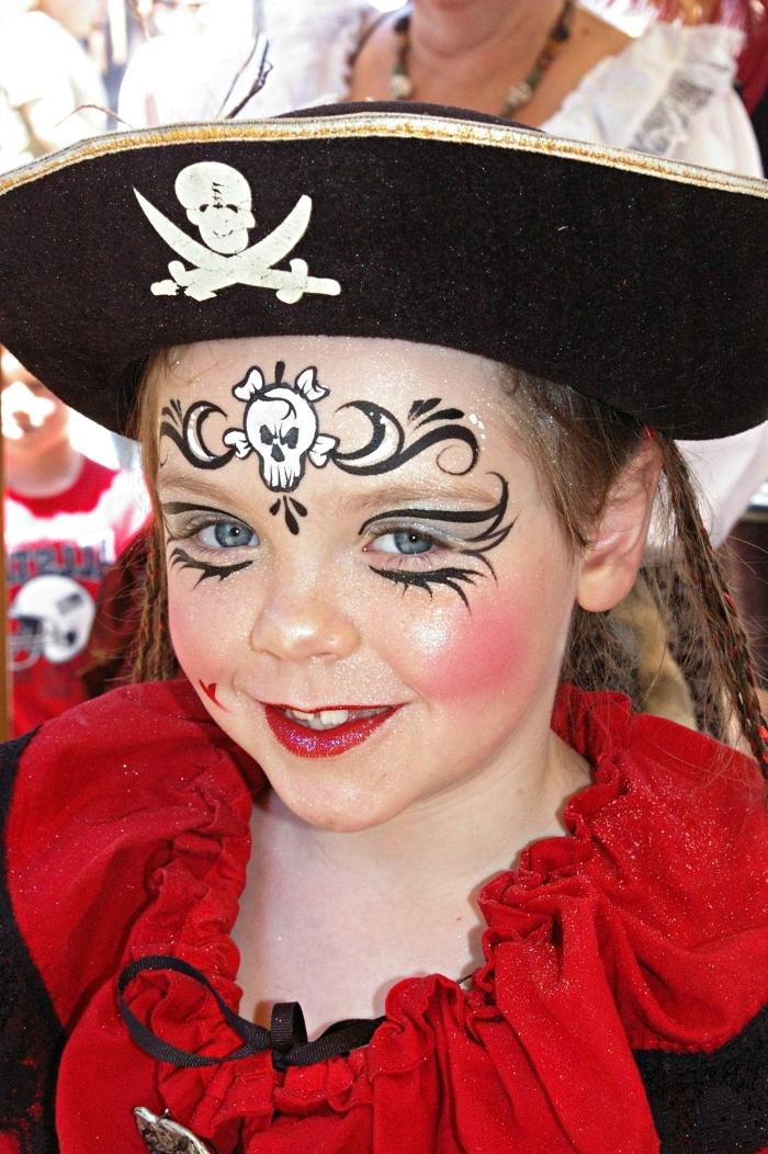 idée de maquillage pirate fille avec dessin tête de mort sur le front, déguisement de pirate pour fille