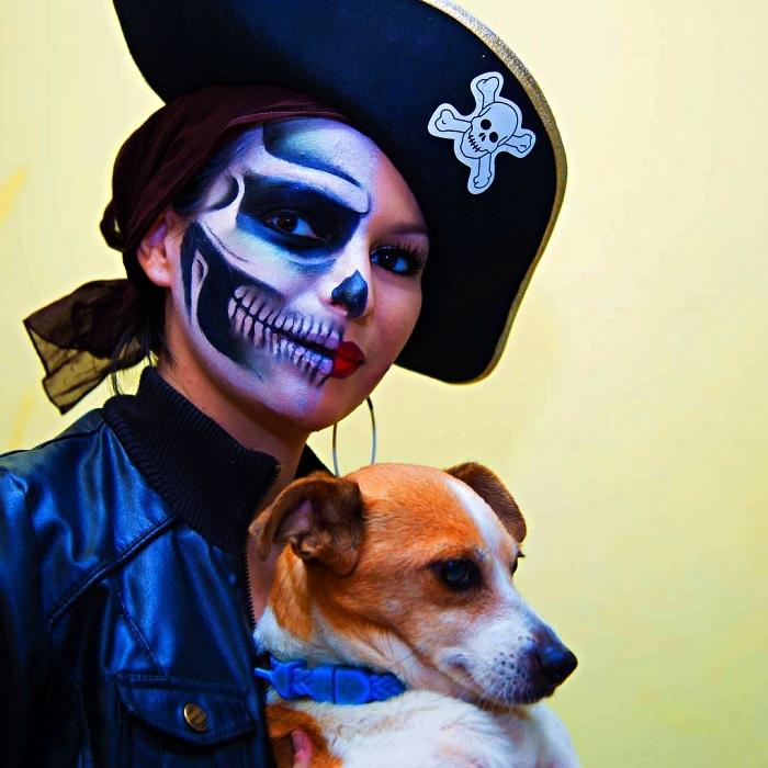 maquillage halloween simple et original, maquillage de pirate squelette sur la moitié du visage