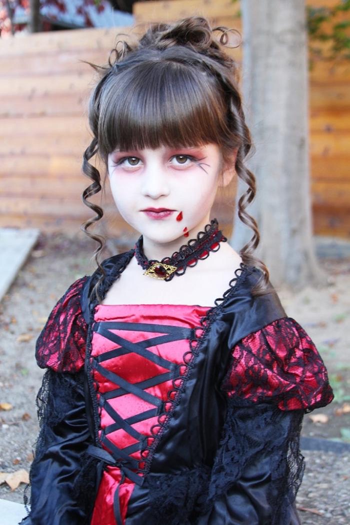 idée déguisement Halloween pour fille vampire, tenue vampire en robe avec coiffure cheveux attachés pour fille
