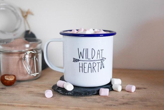 Chocolat chaud avec marshmellow dedans dans une tasse wild at heart, cadeau diy, cadeau a offrir, cadeau pour voyageur