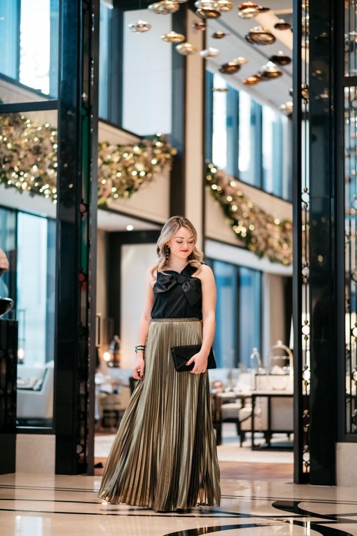 idée tenue de soirée femme, look femme élégante en jupe longue plissée à effet métallisé combiné avec top noir