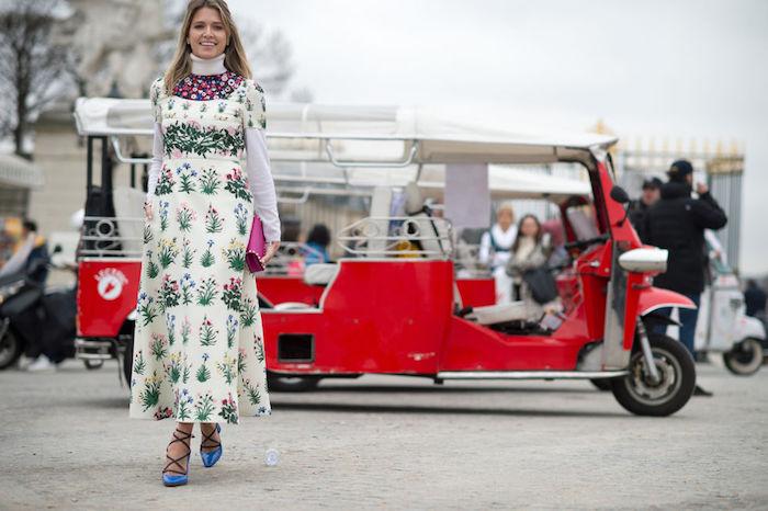Robe à plantes vertes, cool idée mode hiver 2020 femme, robe longue d'hiver inspiration, chaussures à talon bleus