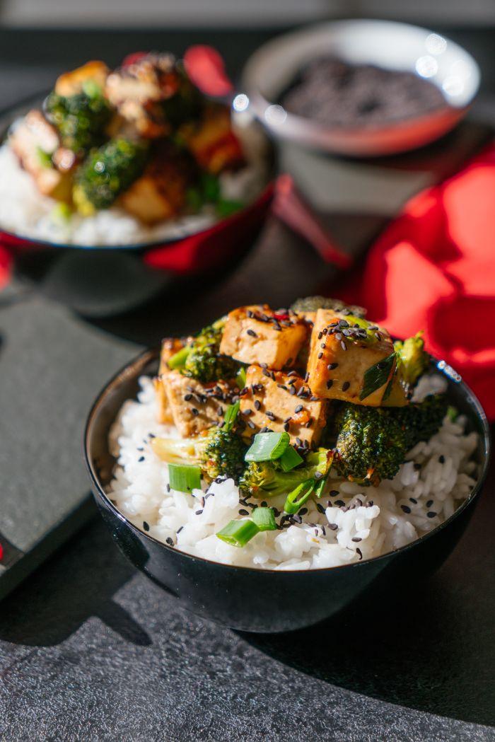 exemple de bol au riz avec tofu à la sauce de chili, jus de citron et sauce de soja, que manger ce soir vite fait