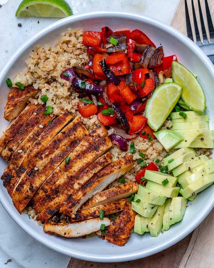 recette dietetique en équilibre, tranches de blanc de poulet grillé, tranches d avocat, riz de chou fleur, tranches de poivrons et d oignons