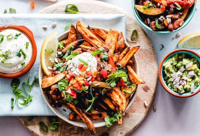 repas du soir léger végétarien, frites de patate douce à la salza et sauce de yaourt, repas à partager entre amis