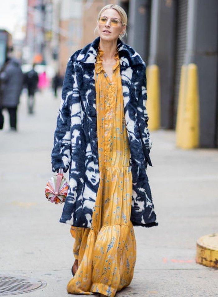 Manteau longue visages bleus, idée tenue chic femme, porter une robe longue d'hiver, jaune robe longue à fleurs
