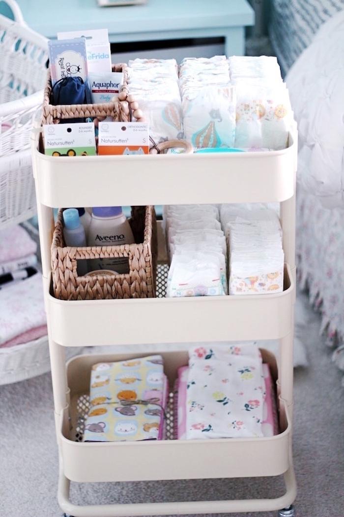 table à langer avec trois paniers pour ranger pampers et produits et outils pour changer bébé