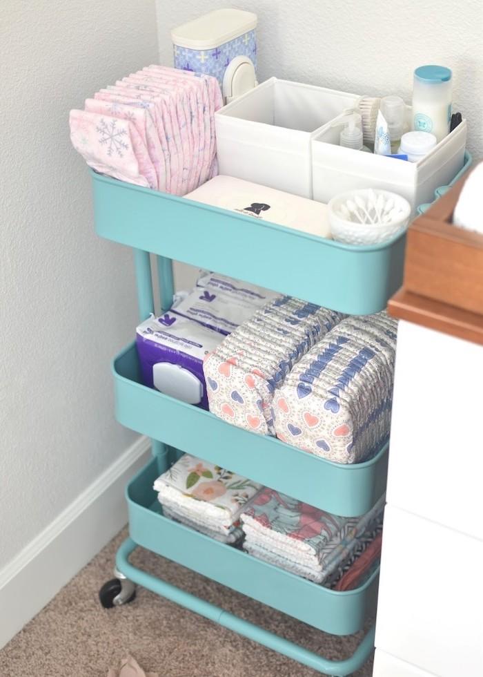 idee diy pour table à langer dans la chambre bébé, rangement pampers et produits cosmetiques soin bébé