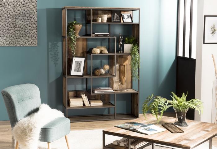 idée peinture murale tendance 2019, modèle table basse en bois recyclé, décoration salon moderne aux murs bleus