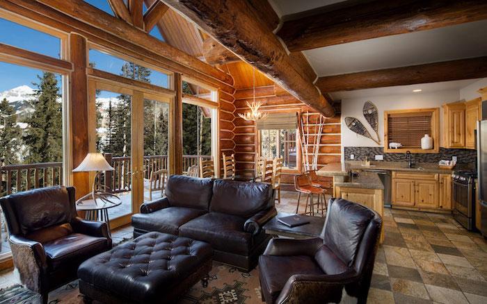 Belle vue de la montagne d'un chalet joliment décoré, idée deco montagne chalet style scandinave, petit chalet en bois,
