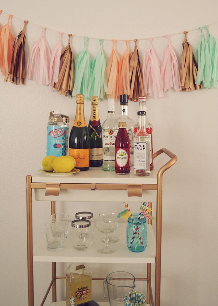 bidouille ikea, mini bar en bouteilles de boissons, verres et autres produits cocktail maison, idee deco anniversaire pompons à franges guirlande