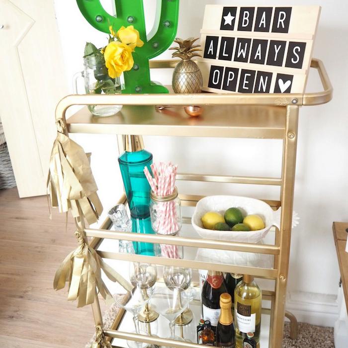 idee deco anniversaire adulte, ikea desserte couleur or avec des rangements pour ranger boissons, verres, produits, outils cocktail maison, deco cactus et ananas