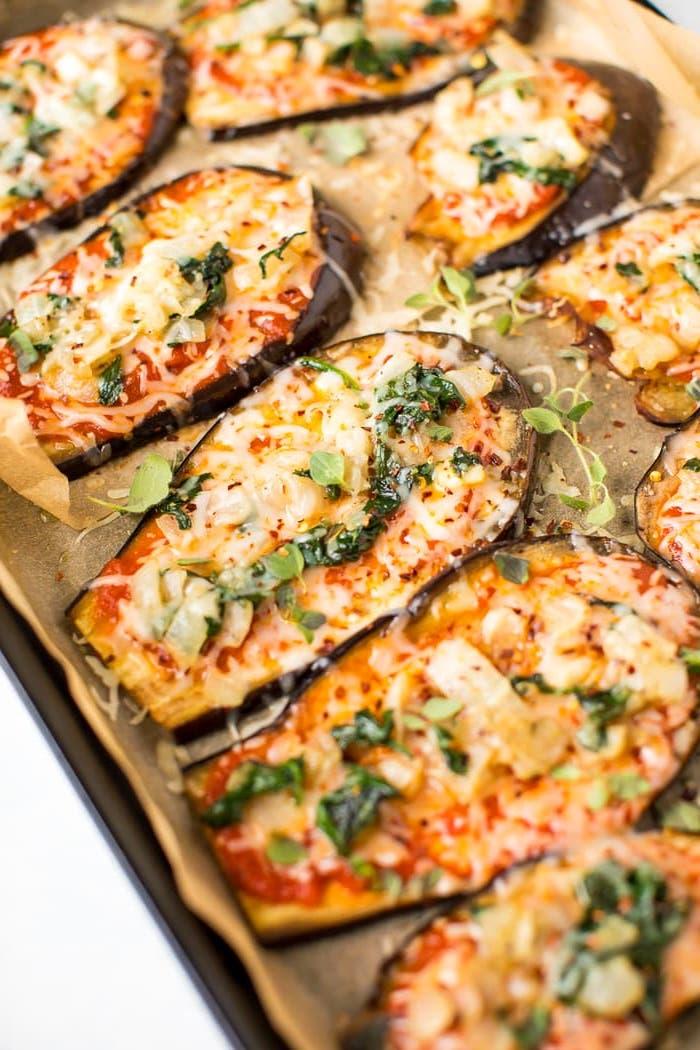 repas léger soir simple, tranches d aubergine à la sauce marinara et fromages en top, idee repas du soir léger