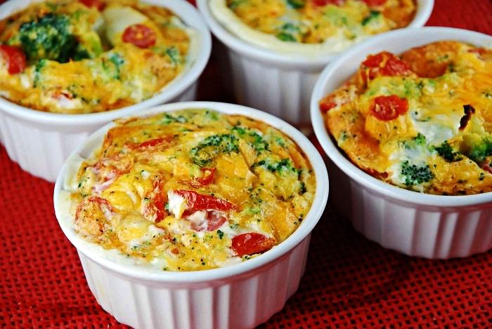 idée pour un petit-déjeuner riche en protéines, ramequins aux oeufs, brocoli, tomates et poivrons rouges, mini quiche légère aux légumes