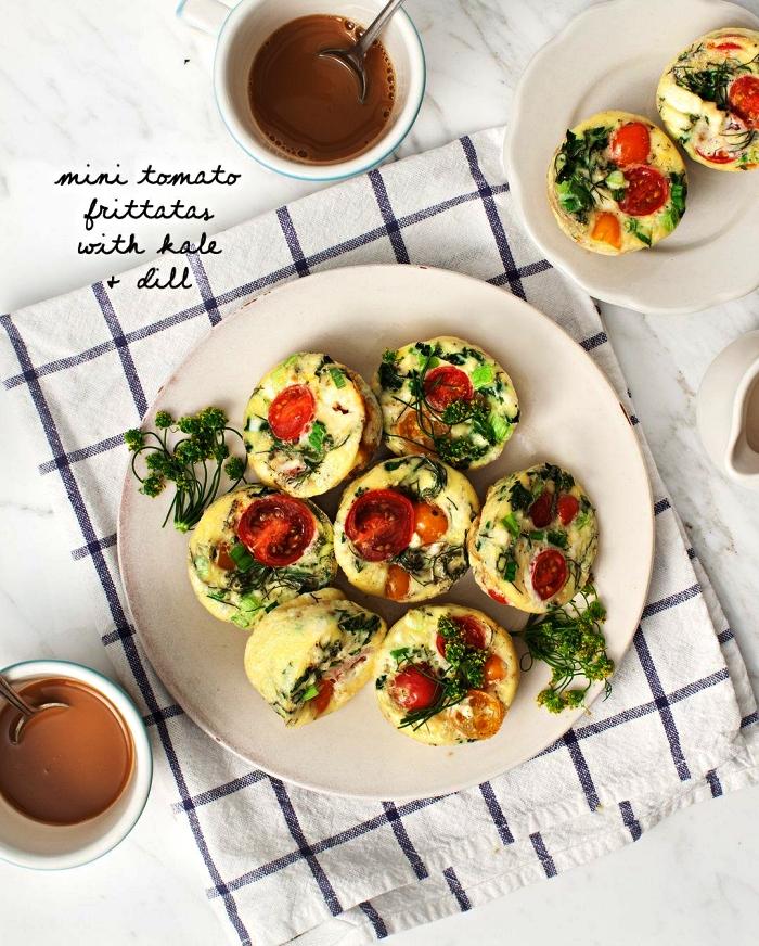 mini-quiches aux tomates, chou kale et aneth riches en protéines, muffins salés aux oeufs et légumes façon mini-quiches sans pâte