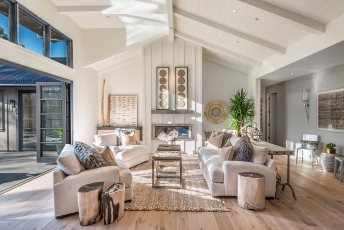 comment aménager un salon ouvert et lumineux avec grandes fenêtres et plafond à deux pentes, idée deco salon scandinave et cocooning