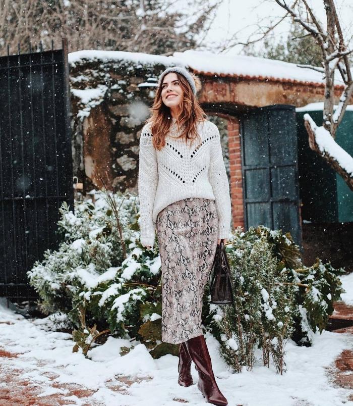 idée tenue femme en pull et jupe, comment porter une jupe taille haute à imprimés serpent avec un pull-over blanc