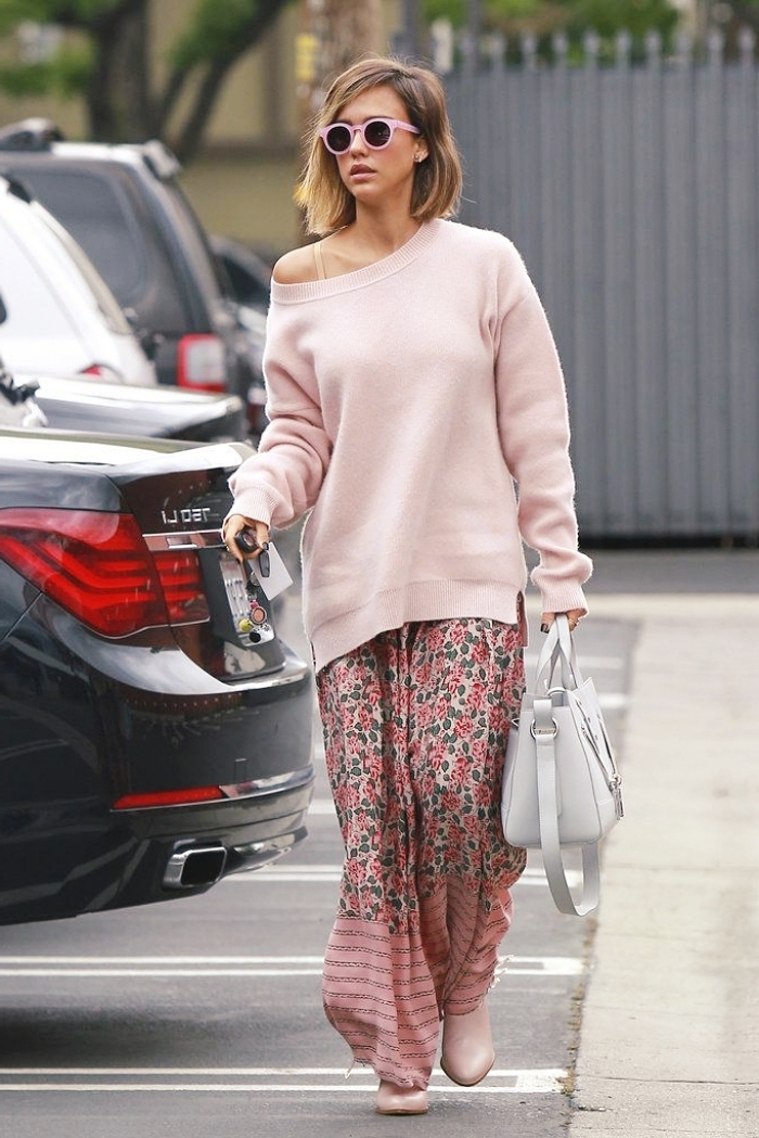 tenue hiver femme célébrité, mode inspiration Jessica Alba en rose, look femme hiver en jupe longue fluide et pull long