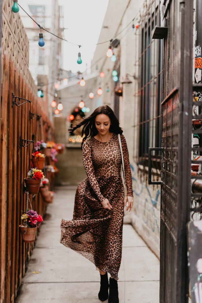 Animal print robe longue hiver, tenue chic femme, vetements chic femme pour l'automne, guirlande lumineuse