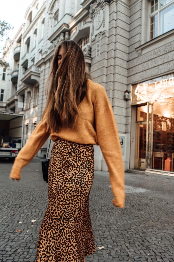 comment assortir les couleurs de ses vêtements, tendances vêtements automne femme 2019, idée jupe longue taille haute à motifs animaliers