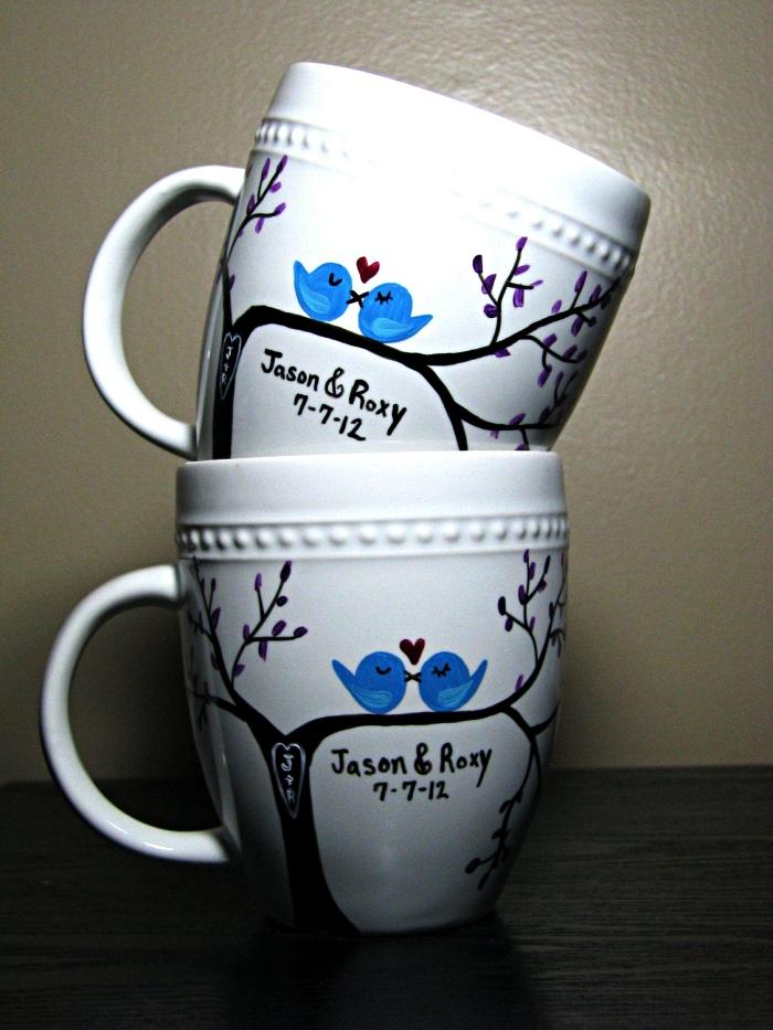 set de deux mugs en porcelaine dessinés à la peinture porcelaine, mug personnalisé à dessin arbre et oiseaux amoureux