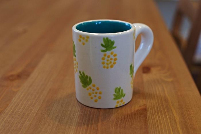 idée bricolage avec peinture à porcelaine et céramique, décorer un mug blanc avec motifs ananas tendance