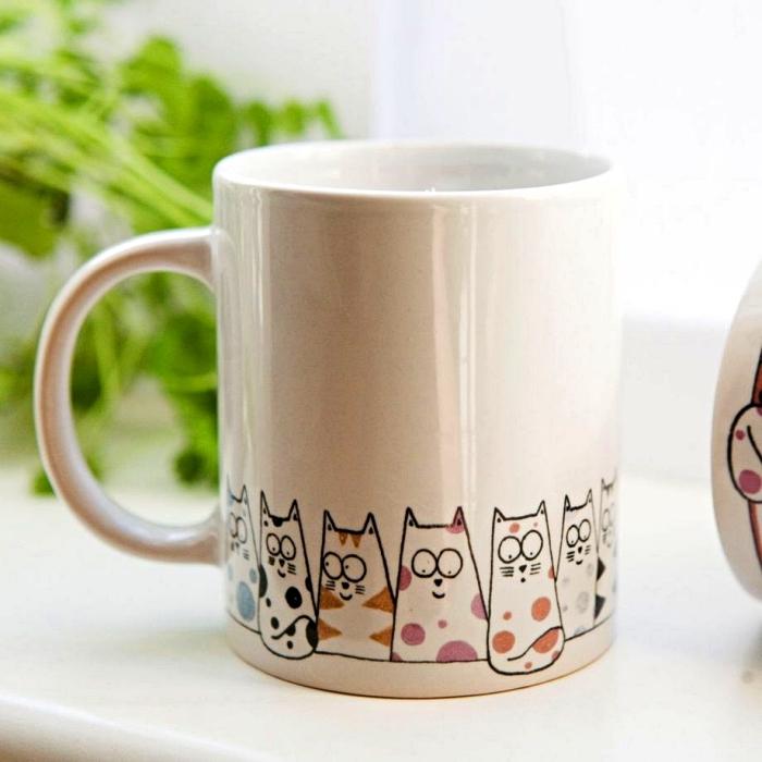 dessiner sur des mugs en porcelaine, mug personnalisée avec dessins chats mignons tout autour sa base