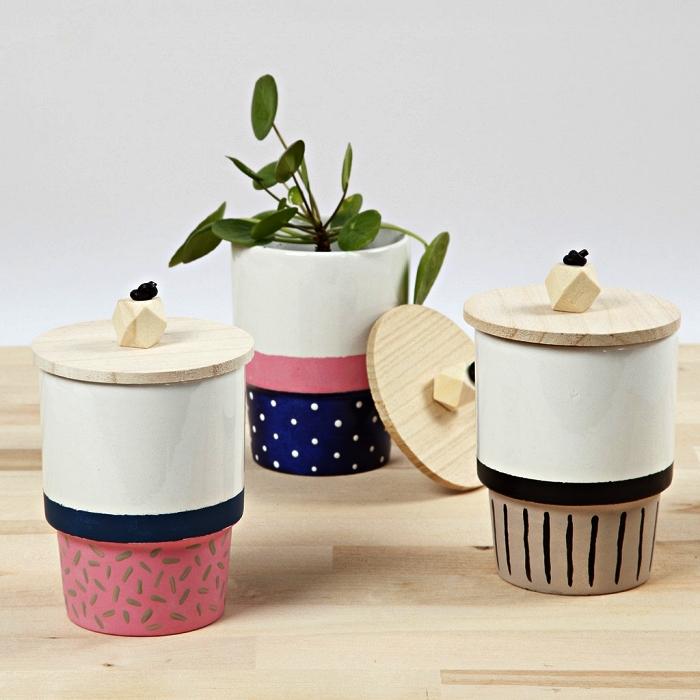 mug porcelaine avec couvercle en bois peint à la base avec de la peinture céramique rose et bleu