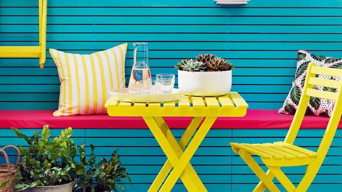 Balcon meubles mur bleu et chaise jaune, idée quelle peinture pour repeindre un meuble en bois, meuble peint