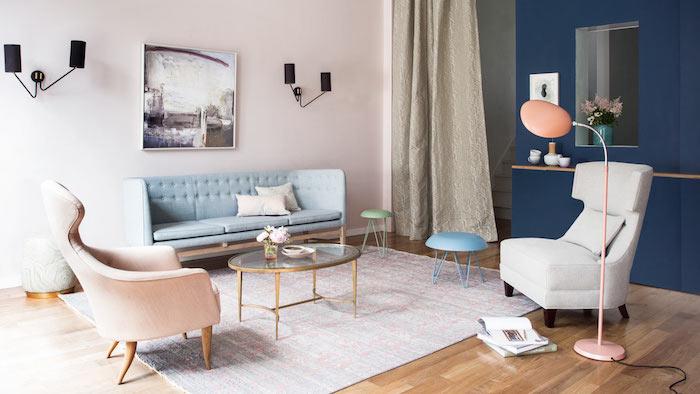 mur de fond bleu foncé et mur rose pastel dans un salon en couleurs pastel, fauteuil gris, canapé bleu pastel, parquet bois style scandinave