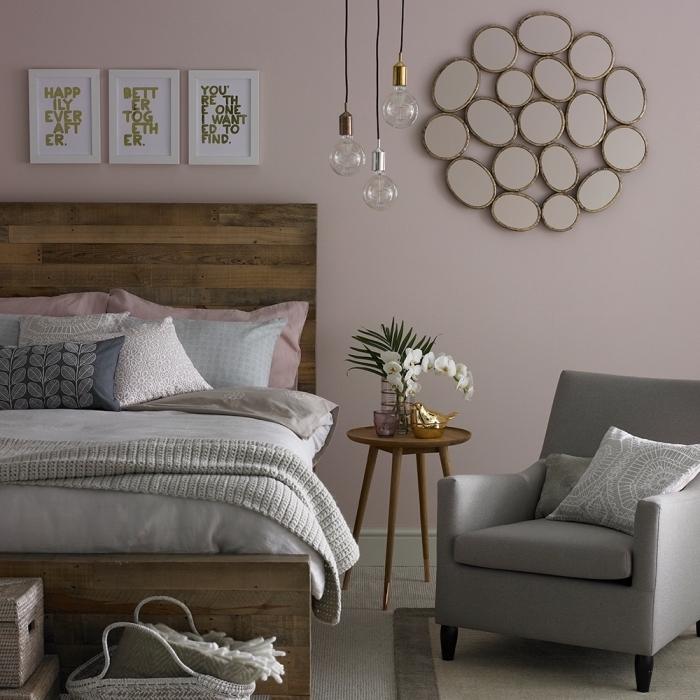 design intérieur moderne en couleurs neutres, décoration chambre aux murs en rose poudré peinture et meubles gris