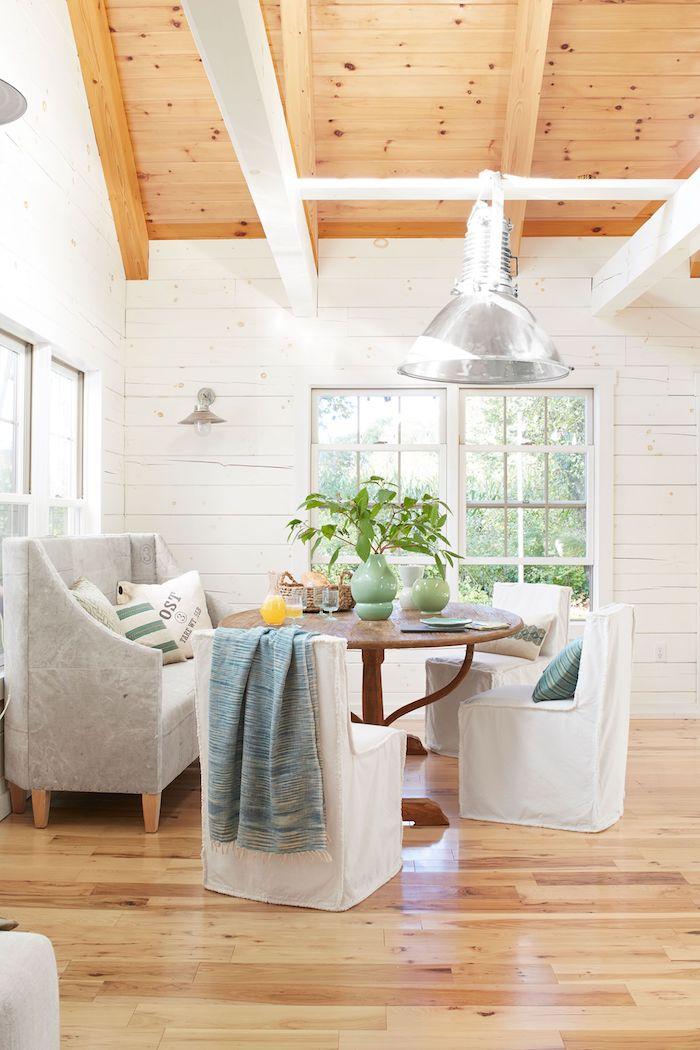 Blanc et bois déco de chalet moderne, petit chalet en bois, chambre chalet, table ronde et chaises confortables