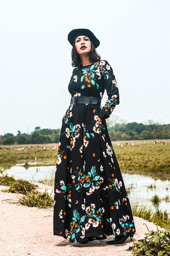 Noire robe longue boheme à fleurs, mode hiver 2020 femme parfait, chapeau noire, rouge à levre bordeaux