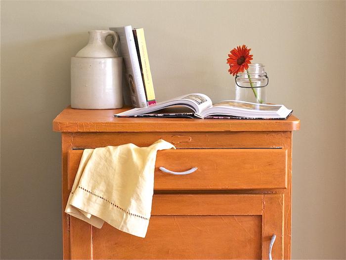 Orange cabinet peinture meuble cuisine, relooker un meuble en bois, coloration meubles, idée déco simple vintage