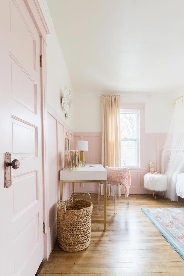 comment décorer une chambre petite fille, design chambre rose et gris avec parquet bois stratifié et plafond blanc