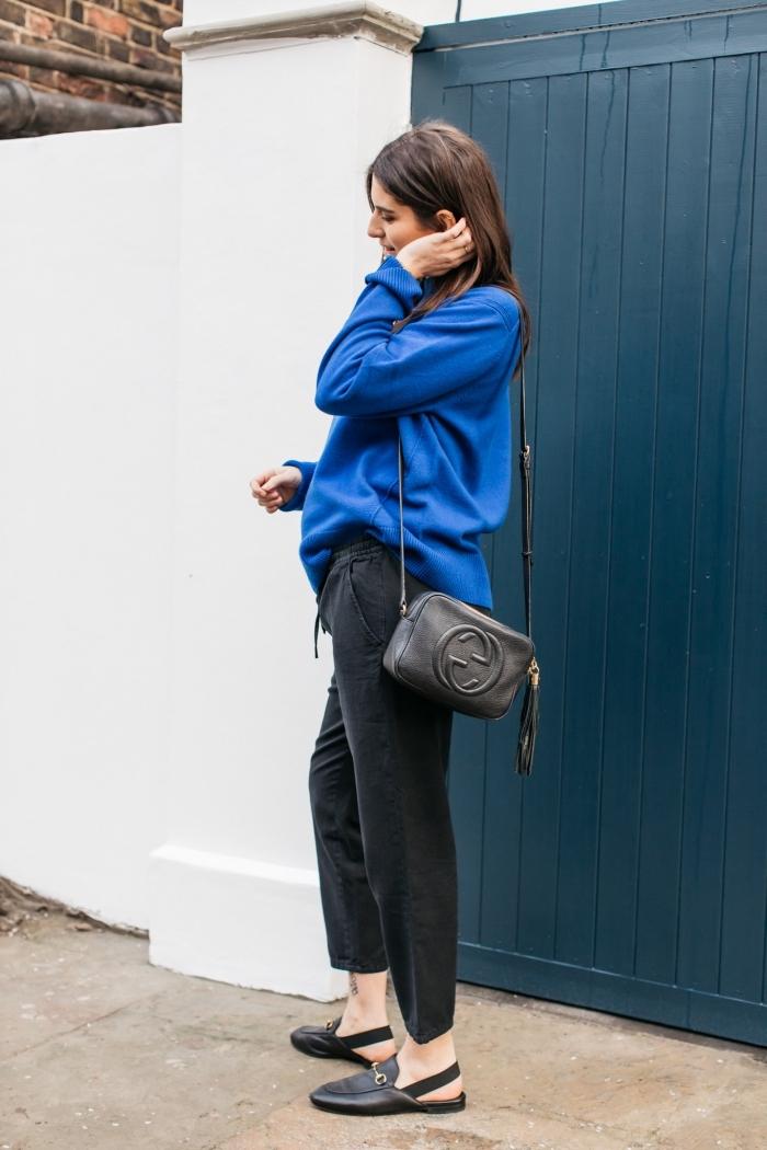 tendances vetement femme enceinte, modèle de pull-over loose de couleur bleu combiné avec pantalon noir fluide