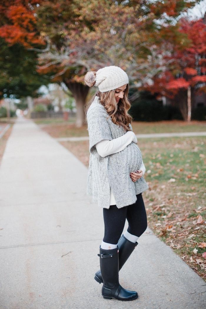 idée vetement femme enceinte confortable en poncho gris clair, tenue femme grossesse en leggings et blouse loose