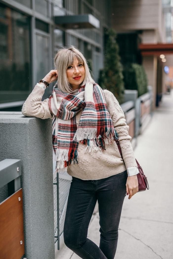 tenue grossesse de style casual en jeans foncés avec pull beige et écharpe carreaux, idée vetement maternité