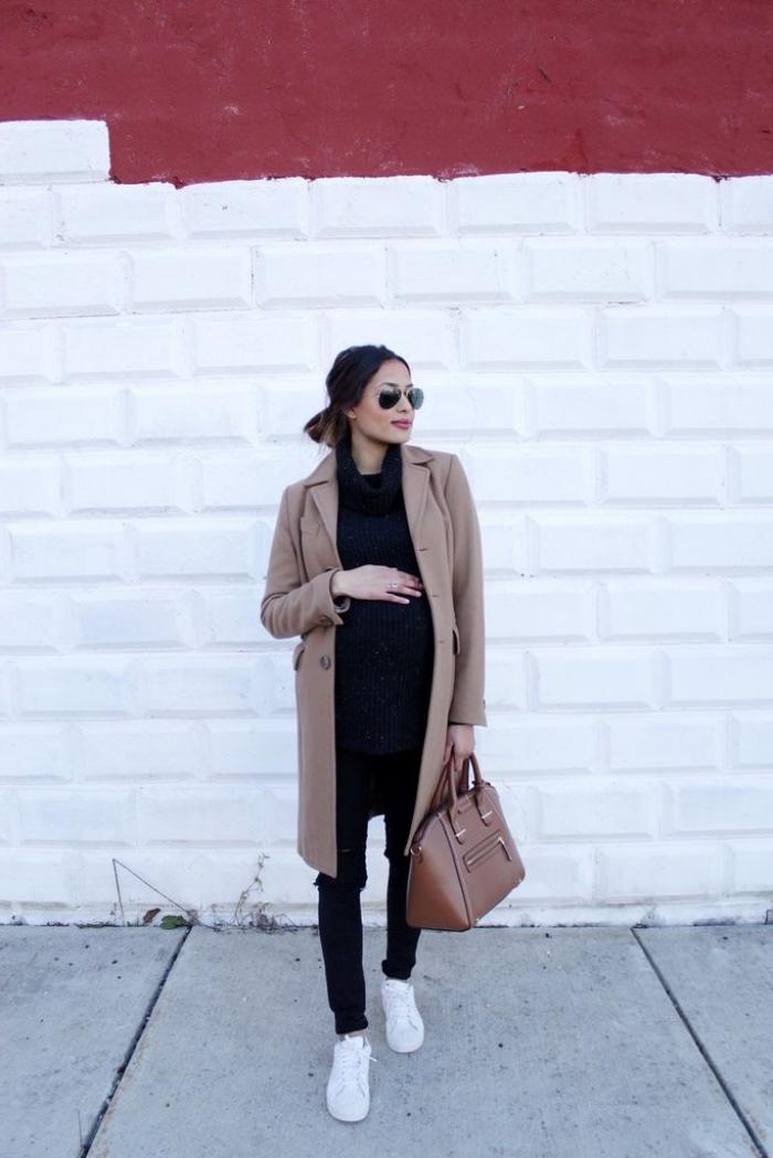 exemple de manteau grossesse long de couleur marron, look femme grossesse en marron et noir avec baskets blanches