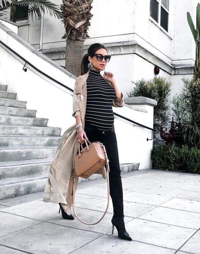 tenue femme stylée enceinte en pantalon grossesse slim avec blouse pull en noir, manteau grossesse en beige