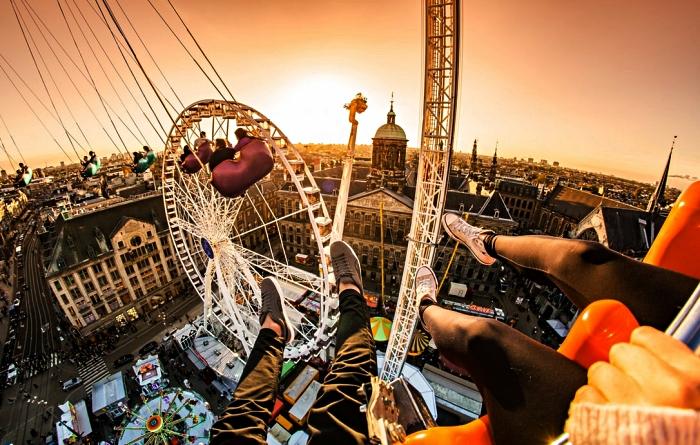 vue d'en haut sur la place du dam, la grande roue sur la place du dam, activités ludiques pour découvrir amsterdam