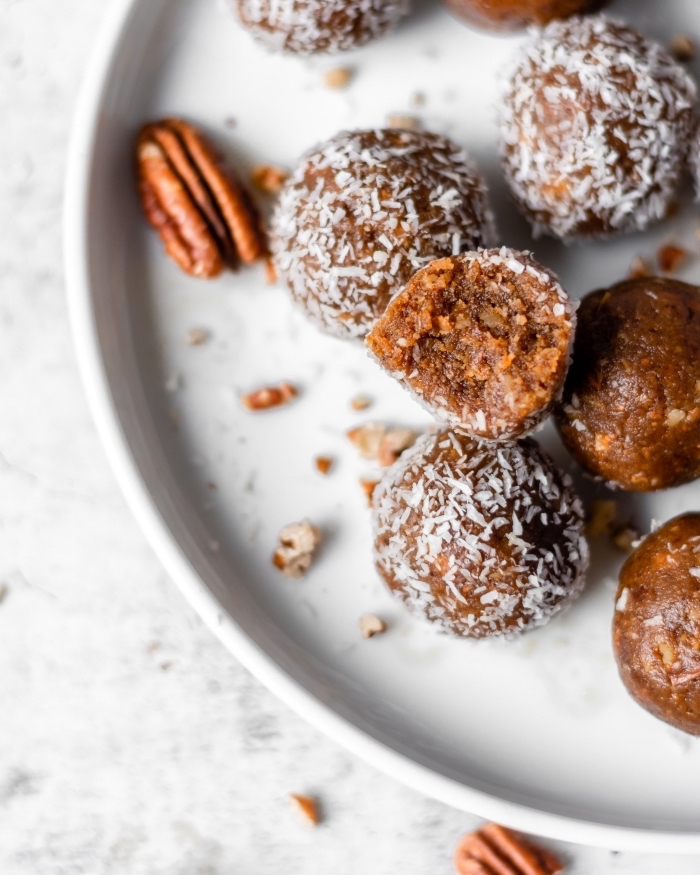 dattes, flacons d avoine et noix de pecan comme ingredients pour faire un dessert sans sucre et sans cuisson