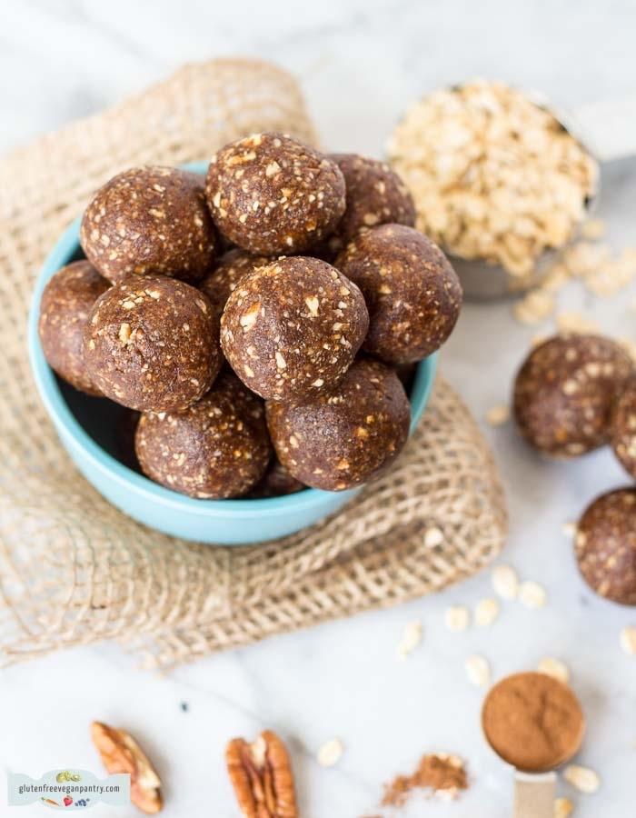 bonbons maison aux noix de pecan et flacons d avoine avec cacao, idee pour faire des bonbons maison soi meme